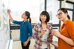 Employé de bureau féminin parlant avec le chef d'entreprise Photo libre de droits