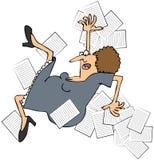 Employé de bureau féminin se déclenchant et renversant des papiers illustration libre de droits