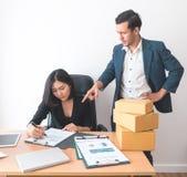 Employé de bureau féminin travaillant sous la pression du surveillant photos stock