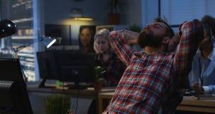 Employé de bureau fatigué prenant une petite pause photos stock