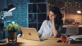 Employé de bureau fatigué utilisant l'ordinateur et fonctionnement de baîllement tard la nuit seul banque de vidéos