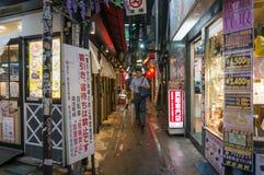 Employ? de bureau marchant l'all?e dans le secteur de Shinjuku ? Tokyo photographie stock libre de droits