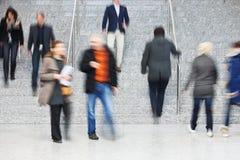 Employé de bureau marchant vers le haut des escaliers, tache floue de mouvement Photos libres de droits
