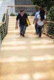 Employé de bureau marchant vers le haut des escaliers, tache floue de mouvement Photo stock