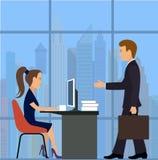 Employé de bureau parler de sourire de contact d'ordinateur portatif de bureau de cmputer d'homme d'affaires d'affaires à utilise Photos libres de droits