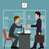 Employé de bureau parler de sourire de contact d'ordinateur portatif de bureau de cmputer d'homme d'affaires d'affaires à utilise Photographie stock libre de droits