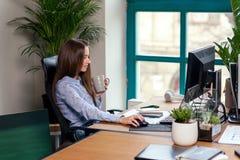 Employé de bureau prenant une pause-café avec une tasse d'expresso dans des ses mains images stock