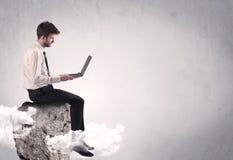 Employé de bureau s'asseyant sur une roche Photos libres de droits