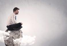 Employé de bureau s'asseyant sur une roche Image libre de droits