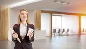 Employé de bureau se tenant dans le lobby Photos stock