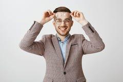Employé de bureau de sexe masculin bel joyeux amical dans la veste à la mode avec l'eyewear de port de coupe de cheveux élégante  photos libres de droits