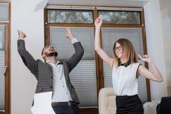 Employé de bureau triomphant réussi à la frappe beaucoup Businessmans heureux photos stock