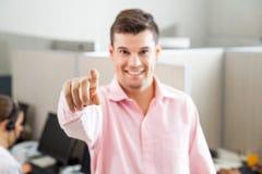 Employé de centre d'appels se dirigeant à vous Photos libres de droits