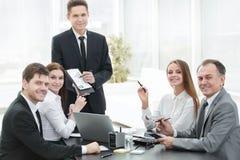 Employé de la société fournissant de nouvelles idées de développement des affaires lors d'une réunion d'affaires photographie stock libre de droits