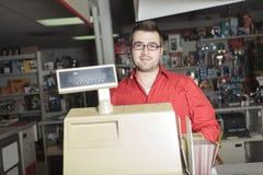 Employé de magasin de matériel image stock