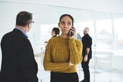 Employé de réunion d'affaires donnant la tâche d'annonce de conseil pour le beign de jour sur la conférence d'affaires photographie stock libre de droits