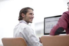 Employé de sourire parlant avec un collègue Photographie stock libre de droits