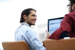 Employé de sourire parlant avec un collègue Image libre de droits