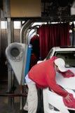 Employé essuyant le véhicule après lavage dans la station de lavage Image stock