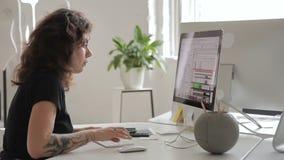 Employé féminin travaillant à l'ordinateur se reposant dans le bureau Brunette attirant clips vidéos