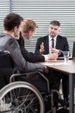 Employé handicapé à côté de table de conférence image libre de droits