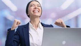 Employé heureux célébrant la promotion, lisant le courrier avec de bonnes nouvelles, succès banque de vidéos