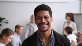 Employé masculin de sourire d'afro-américain posant lors de la réunion de bureau d'équipe banque de vidéos