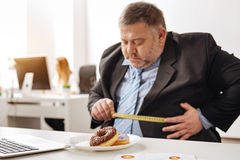 Employé obèse malsain semblant concerné Photos stock