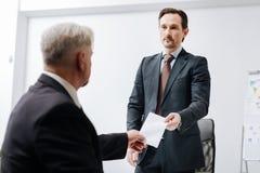 Employé qualifié donnant un avis d'écartement à l'employeur photographie stock