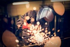 Employé rectifiant en acier avec des étincelles images stock