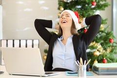 Employé satisfaisant célébrant Noël au bureau images stock