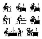 Employé travaillant avec l'ordinateur et l'ordinateur portable au bureau Photo libre de droits