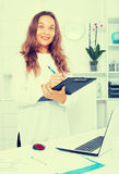 Employée de jeune femme dans le bureau Image stock