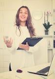 Employée de jeune femme dans le bureau Images libres de droits