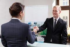 Employés au centre d'affaires image stock