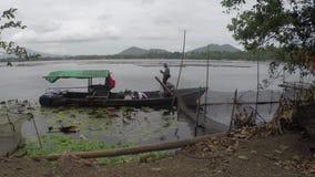 Employés d'environnement de gouvernement municipal prélevant des échantillons d'eau d'un lac sale et pollué clips vidéos