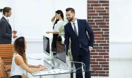 Employés dans le lieu de travail dans le bureau Image stock