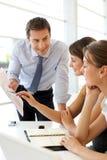 Employés de bureau autour de table Photo stock