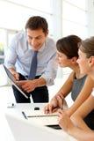 Employés de bureau autour de table Photographie stock libre de droits