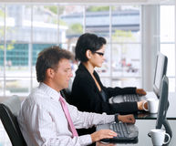 Employés de bureau avec des ordinateurs Photographie stock