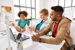 Employés de bureau créatifs discutant l'interface utilisateurs photos stock