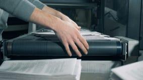 Employés de bureau d'impression empilant le papier, fin  banque de vidéos