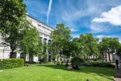 Employés de bureau de Londres appréciant une pause de midi ensoleillée Image libre de droits