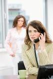 employés de bureau féminins image libre de droits