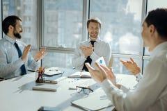 Employés de bureau heureux battant des mains célébrant le nouvel accord Photographie stock