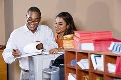 Employés de bureau multiraciaux travaillant sur des documents Image stock
