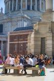 Employés de bureau prenant le déjeuner dans le parc à côté de la cathédrale de St Paul Londres, R-U Image libre de droits