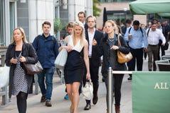 Employés de bureau s'attaquant au travail Heures de début de la matinée à Canary Wharf, Londres Image libre de droits