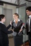 Employés de bureau se serrant la main à la trappe de la salle de réunion photo stock