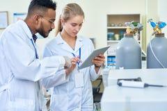 Employés de laboratoire travaillant comme équipe photo libre de droits